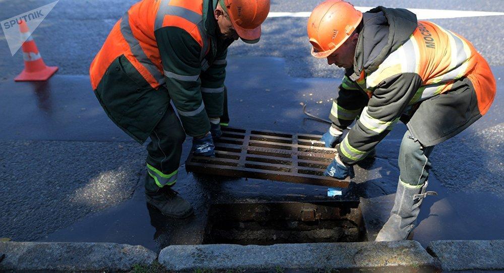 Замена канализационного люка, архивное фото