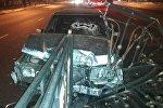 Авто снесло металлическую ограду