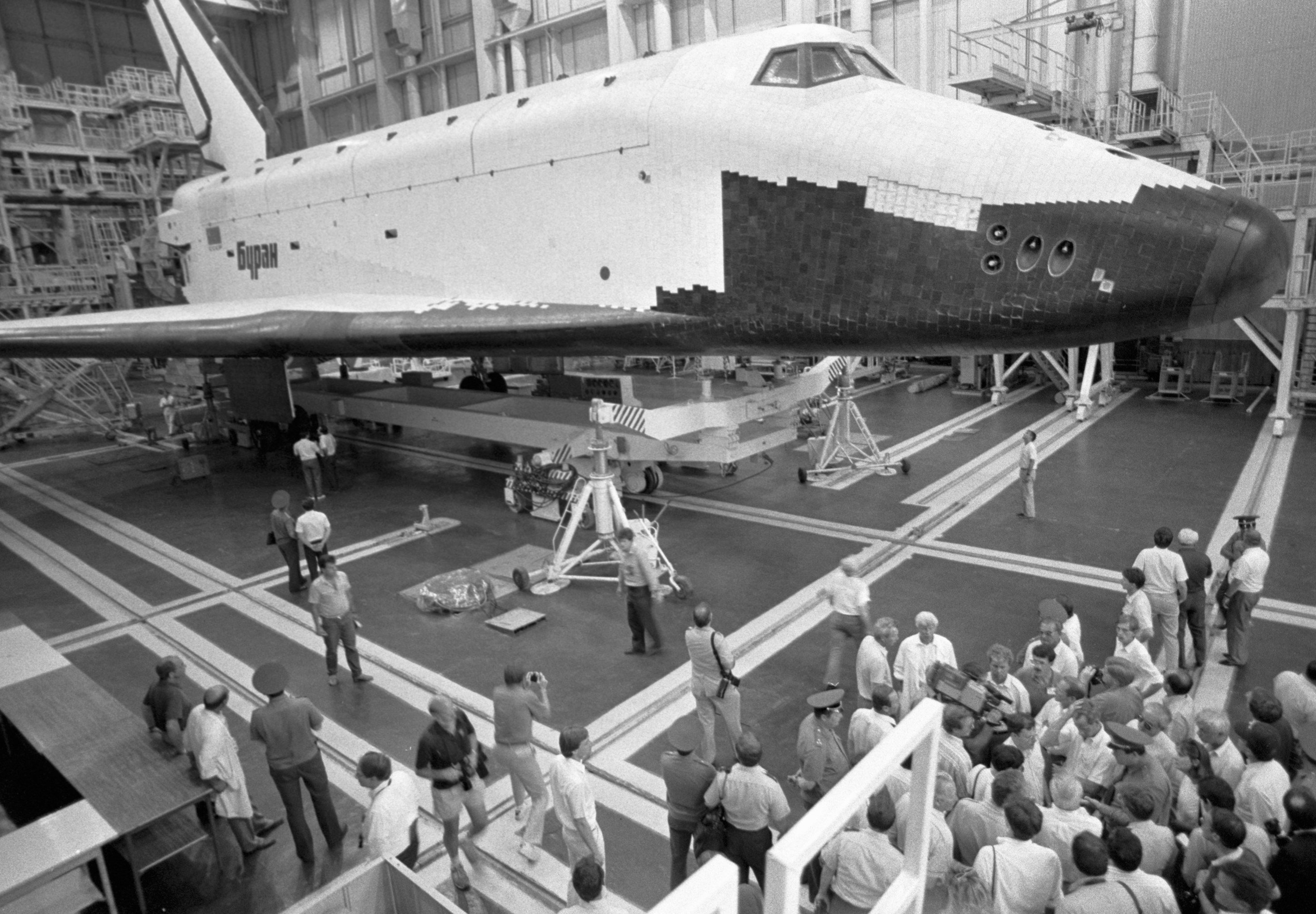 Советский космический корабль многоразового использования Буран во время демонстрации американцам на космодроме Байконур, 1989 год