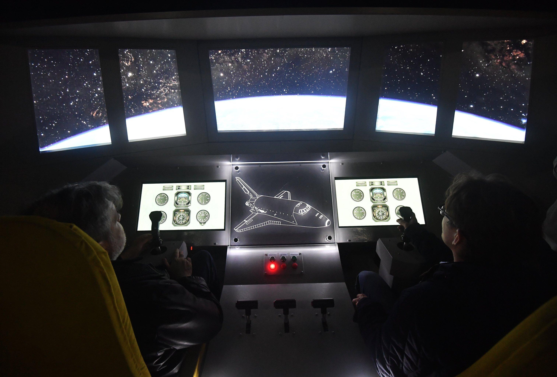 Приборная панель космического корабля Буран, выставленного на территории ВДНХ в Москве