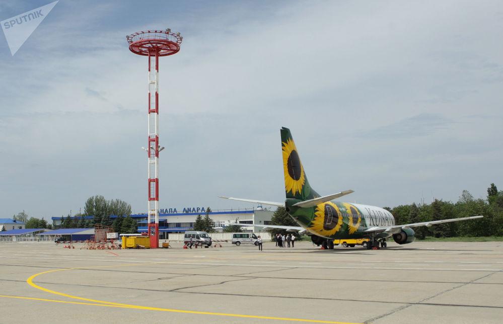 Самолет авиакомпании Кубань в аэропорту города Анапа