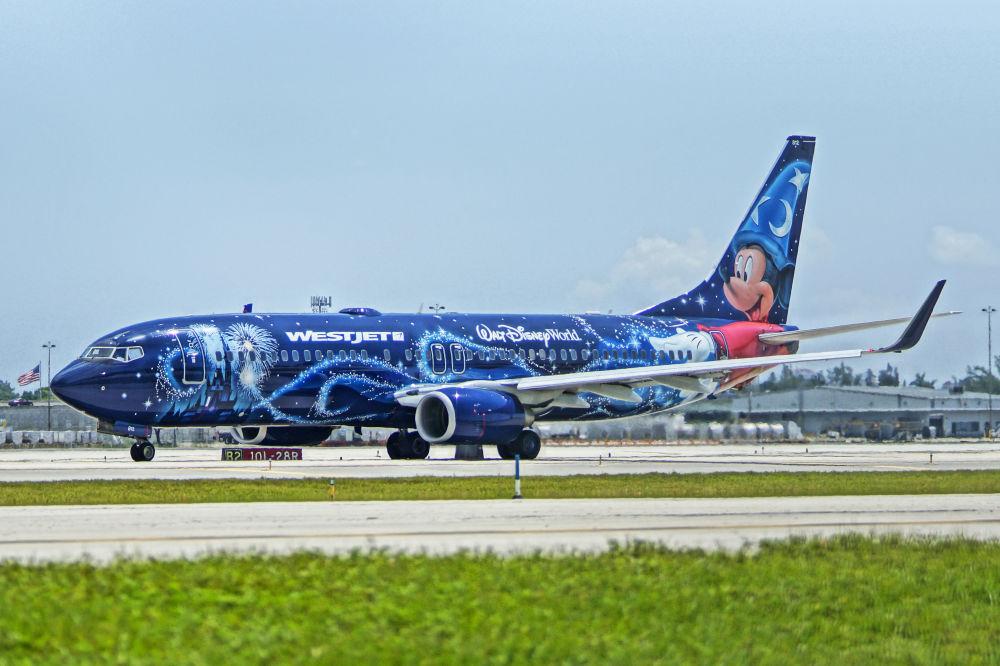 Самолет авиакомпании WestJet с ливреей в диснеевской раскраске