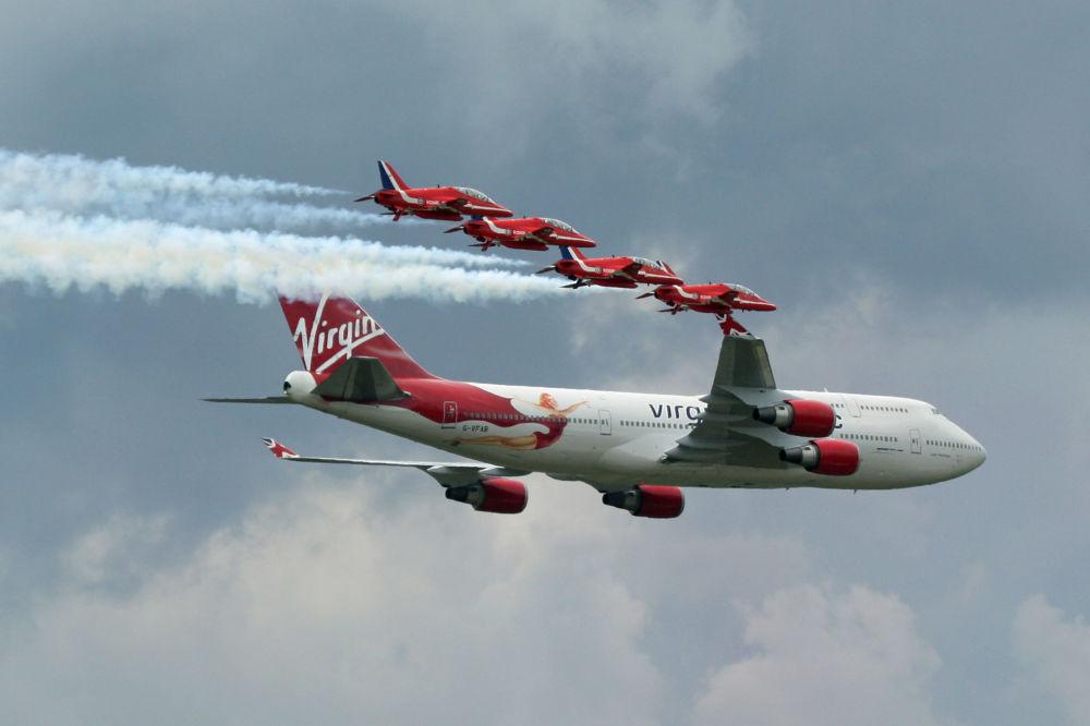 Самолет Boeing 747-400 авиакомпании Virgin и пилотажная группа Королевских ВВС Великобритании Красные Стрелы
