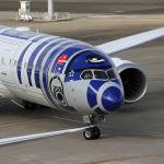 Самолет авиакомпании All Nippon Airways в ливрее персонажа Звездных войн R2-D2