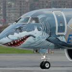 Самолет Embraer-190 нового поколения E2 с ливреей в виде акулы
