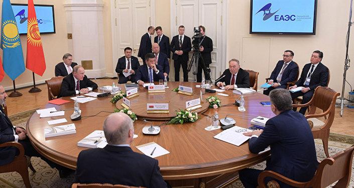 Президент Казахстана Нурсултан Назарбаев принял участие в заседании Высшего Евразийского экономического совета