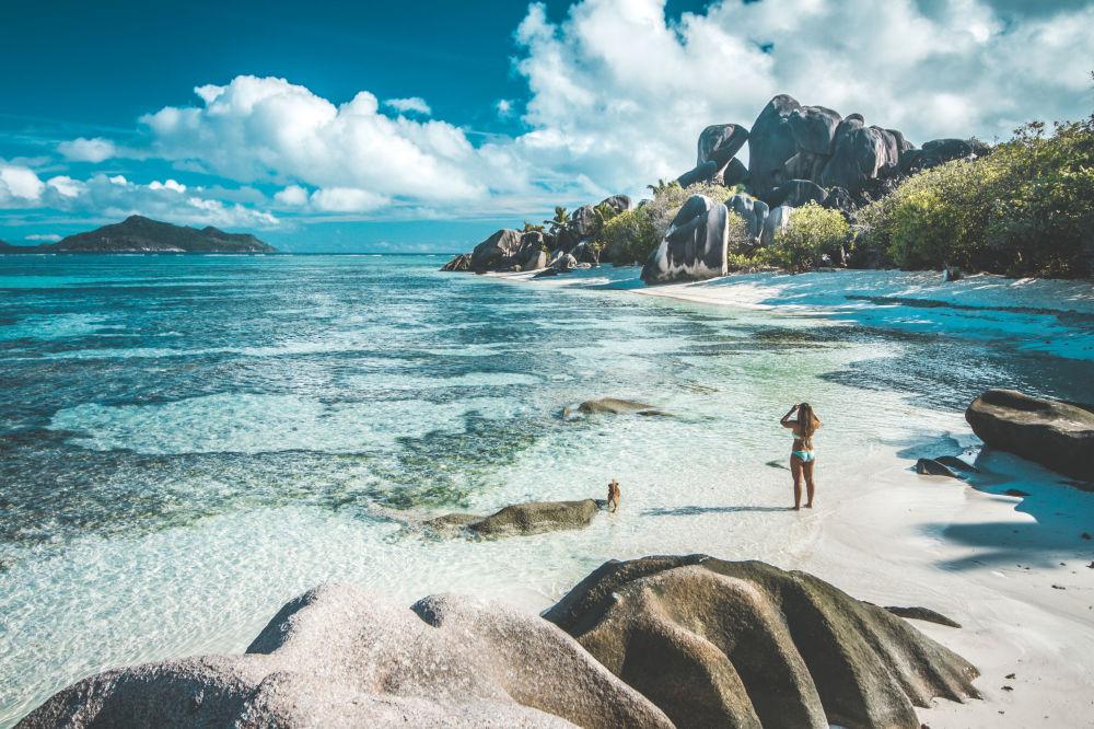 Девушка делает фотографии на Сейшельских островах