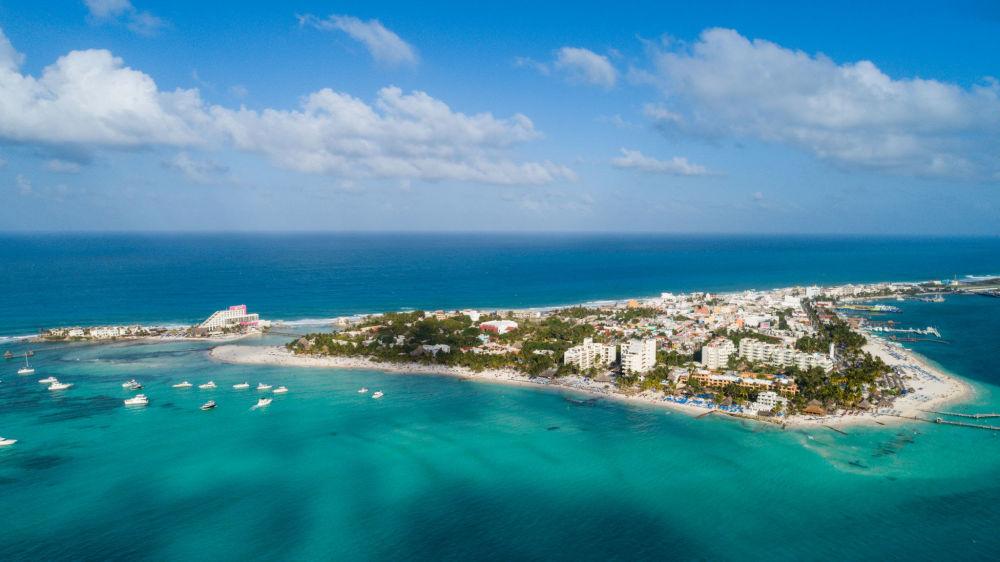 Аэрофотоснимок острова-курорта Исла Мухерес в Мексике