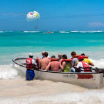 Туристы в лодке на пляже в Доминикане