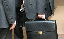 Архивное фото госслужащих с портфелями