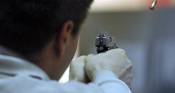 Архивное фото вооруженного мужчины