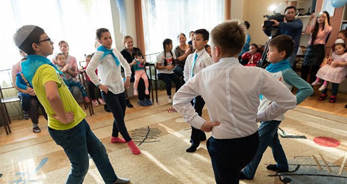 Пациенты центра танцуют қара жорға