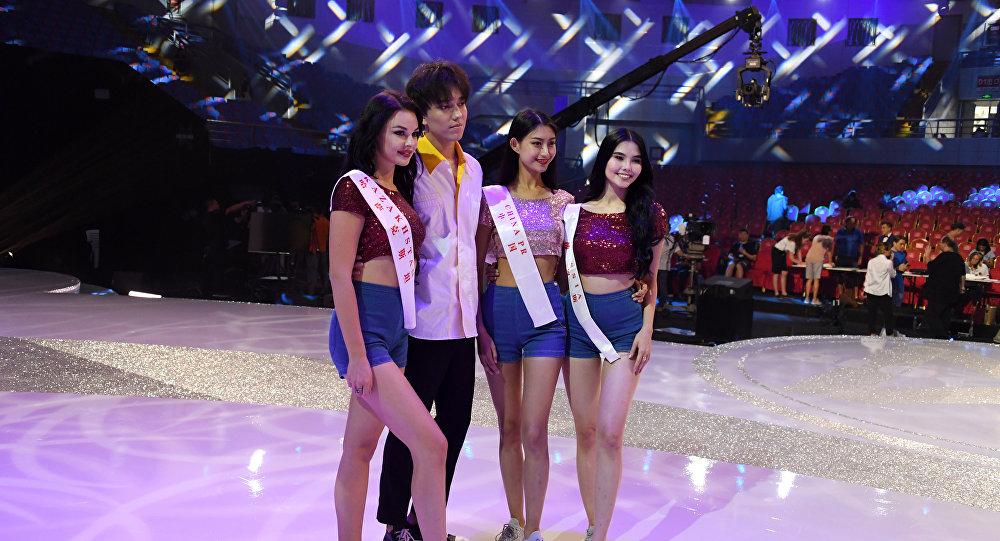 Димаш Кудайбергенов с участницами конкурса Мисс мира