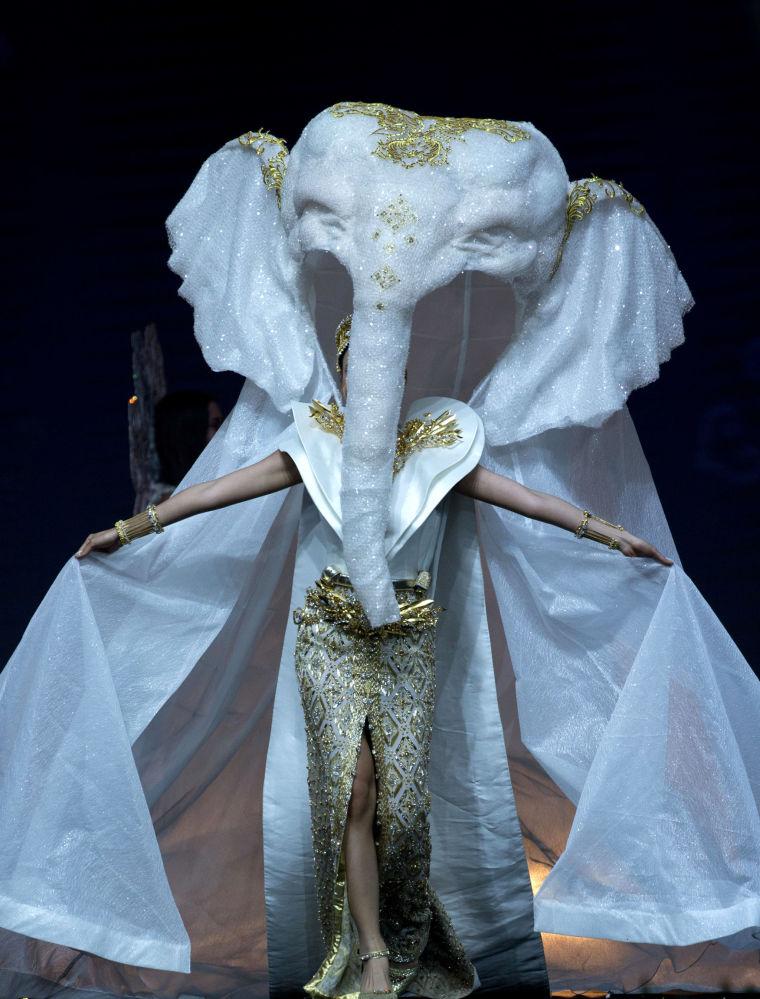 Представительница Таиланда во время показа национальных костюмов в рамках конкурса Мисс Вселенная 2018 в Таиланде