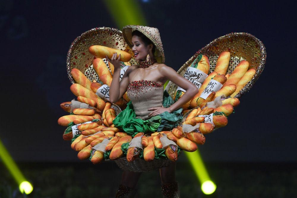 Представительница Вьетнама во время показа национальных костюмов в рамках конкурса Мисс Вселенная 2018 в Таиланде