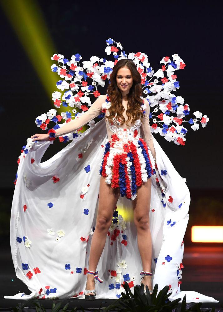 Представительница Чехии во время показа национальных костюмов в рамках конкурса Мисс Вселенная 2018 в Таиланде