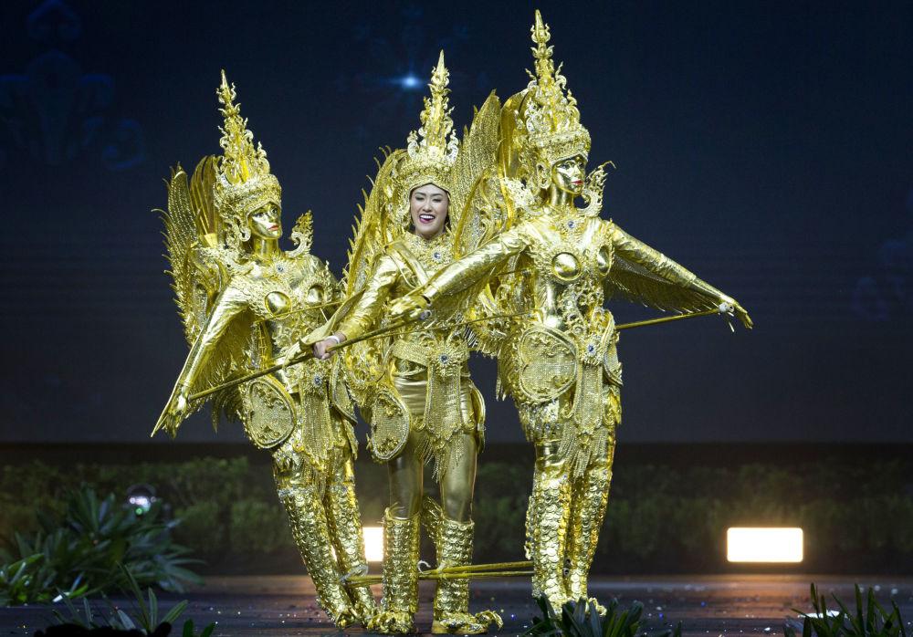 Представительница Лаоса во время показа национальных костюмов в рамках конкурса Мисс Вселенная 2018 в Таиланде