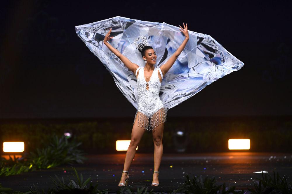 Представительница Намибии во время показа национальных костюмов в рамках конкурса Мисс Вселенная 2018 в Таиланде
