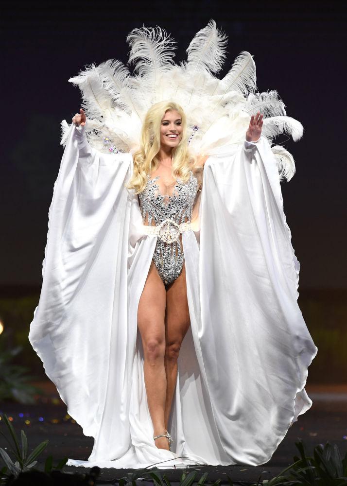 Представительница Германии во время показа национальных костюмов в рамках конкурса Мисс Вселенная 2018 в Таиланде
