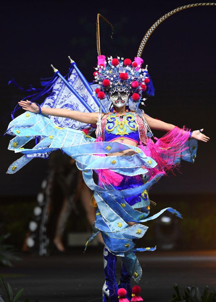 Представительница Китая во время показа национальных костюмов в рамках конкурса Мисс Вселенная 2018 в Таиланде