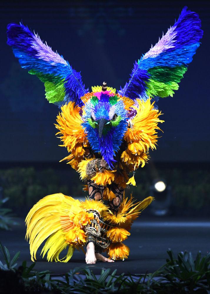 Представительница Бразилии во время показа национальных костюмов в рамках конкурса Мисс Вселенная 2018 в Таиланде