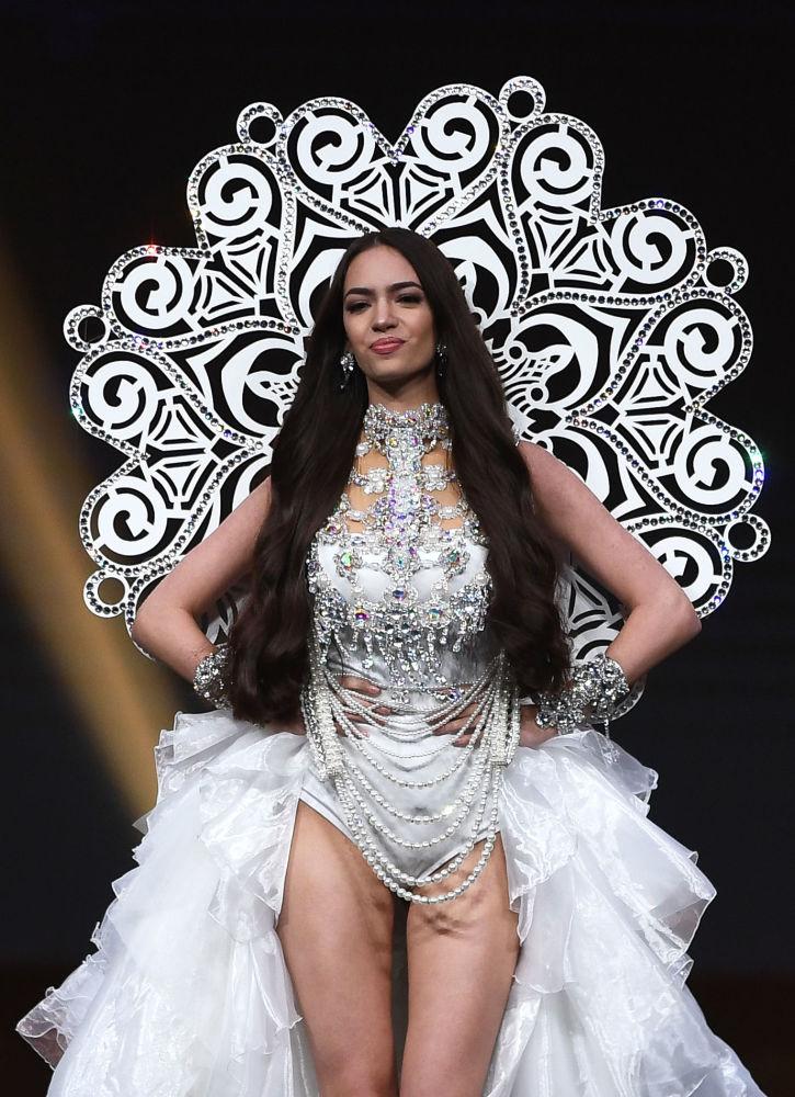 Представительница Швейцарии во время показа национальных костюмов в рамках конкурса Мисс Вселенная 2018 в Таиланде