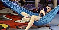 Молодой человек отдыхает в гамаке