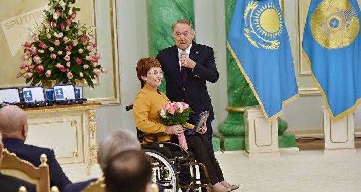 Президент Казахстана Нурсултан Назарбаев вручил знак особого отличия председателю ОО Центр поддержки парализованных граждан города Актобе Куралай Байменовой