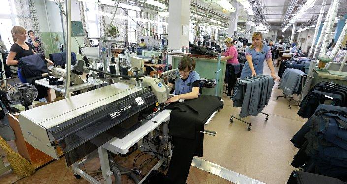 Архивное фото фабрики по пошиву одежды