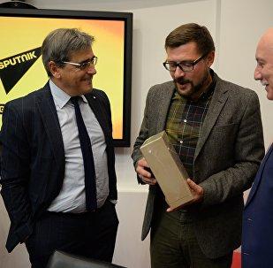 Глава МИД Парагвая Эладио Лойсага и первый заместитель главного редактора Sputnik Сергей Кочетков