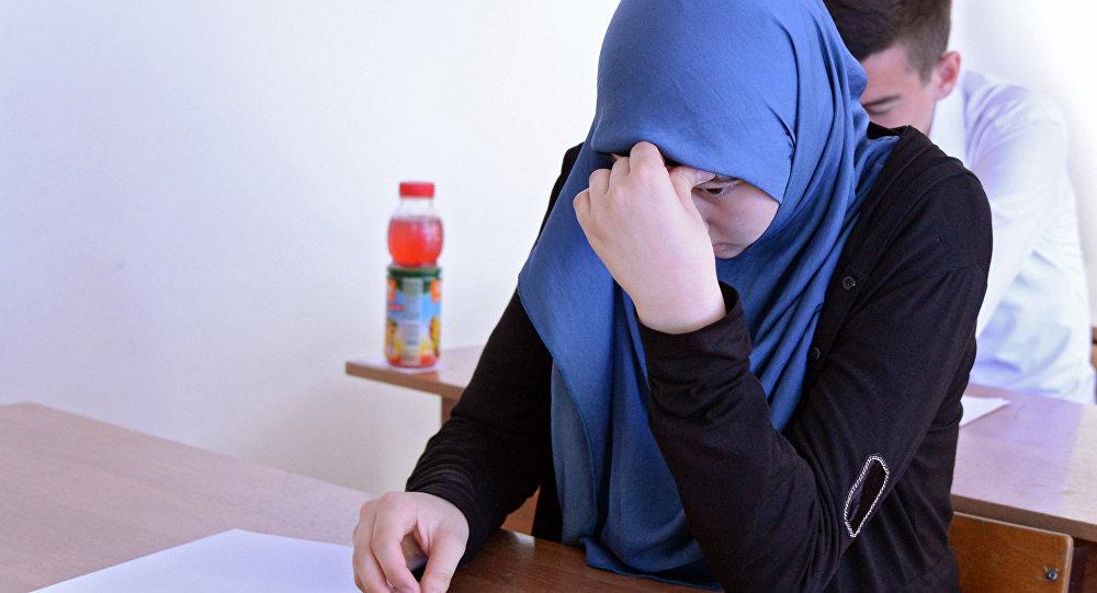 Хиджаб киген оқушы қыз, архив суреті