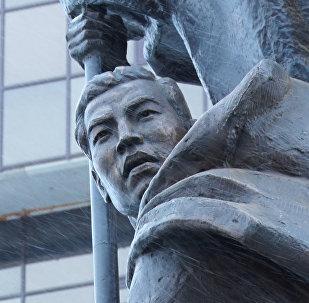 Астанадағы Жеңіс туын ұстаған Рақымжан Қошқарбаев ескерткіші