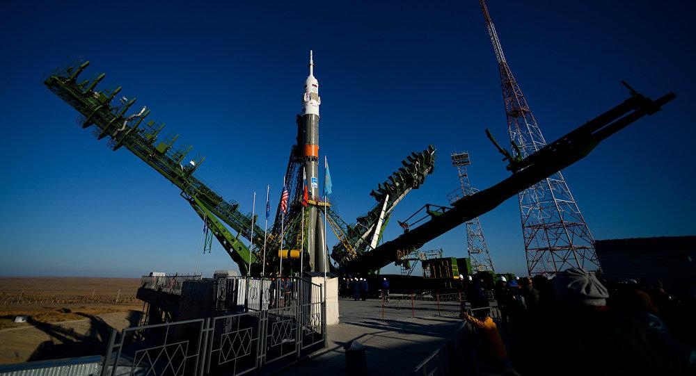 Вывоз и установка ракеты-носителя на космодроме Байконур