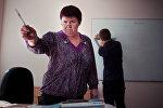Архивное фото преподавателя во время урока