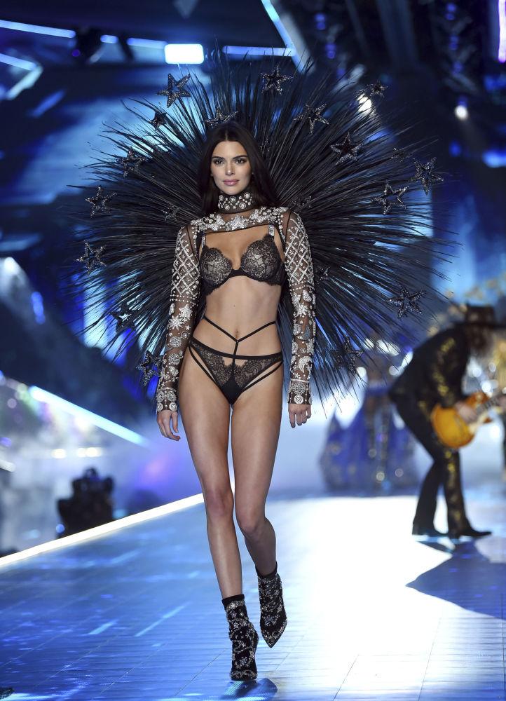 Модель Кендалл Дженнер во время показа Victoria's Secret Fashion Show