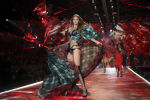 Американская супермодель Джиджи Хадид на подиуме во время шоу Victoria's Secret Fashion 2018 в Нью-Йорке