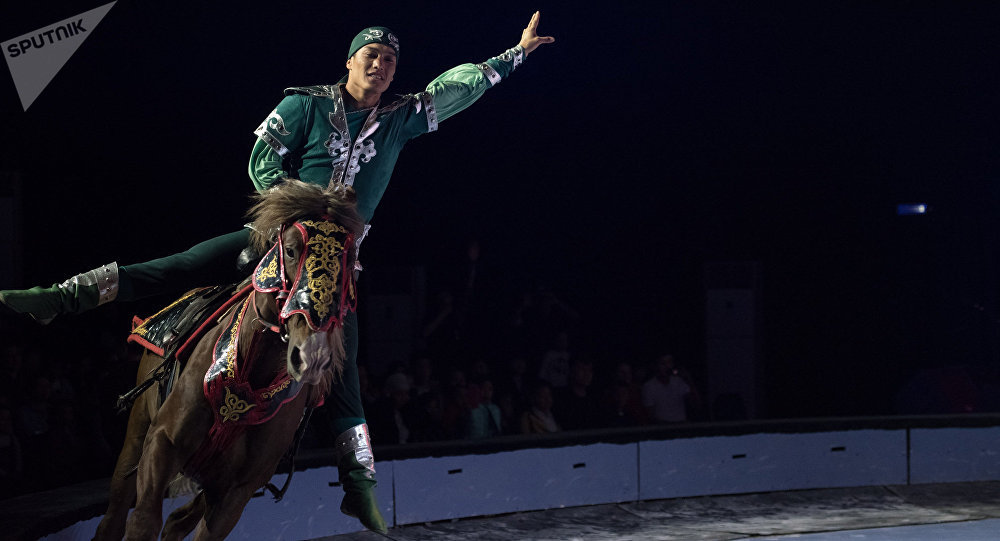 Всадник исполняет трюк на коне