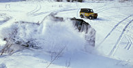 Автомобиль в снежном заносе, архивное фото