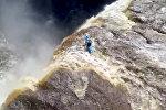 Прыгающий с водопада экстремал