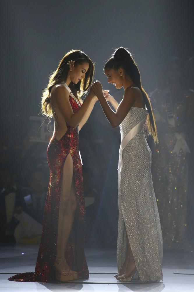 Мисс Филиппины и Мисс Южная Африка на конкурсе Мисс Вселенная 2018 в Таиланде