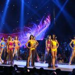 Финалистки конкурса Мисс Вселенная 2018 во время дефиле в купальниках