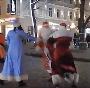 Два Деда мороза устроили драку