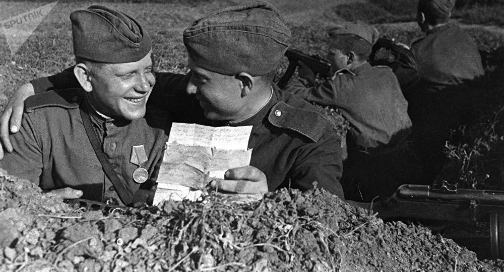 Солдаты в окопе читают письмо от родных, 1944 год