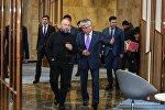 Режиссер Тимур Бекмамбетов (слева) и министр культуры и спорта Арыстанбек Мухамедиулы, архивное фото