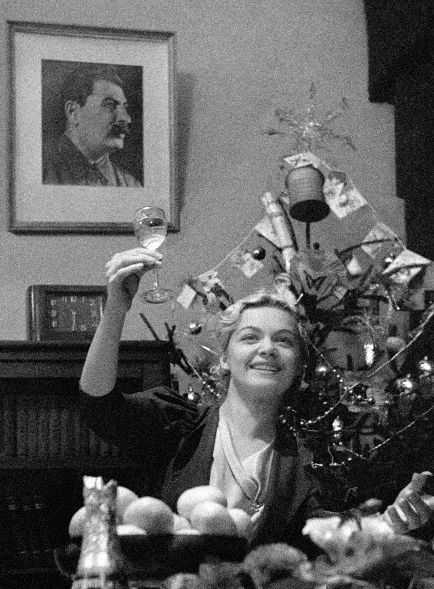 Мәскеуліктер 1939 жылғы Жаңа жылды атап өтіп жатыр, архив сурет