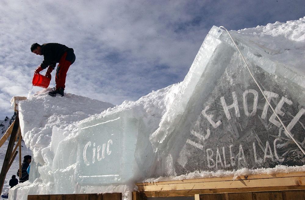 Строительство ледяного отеля в Румынии