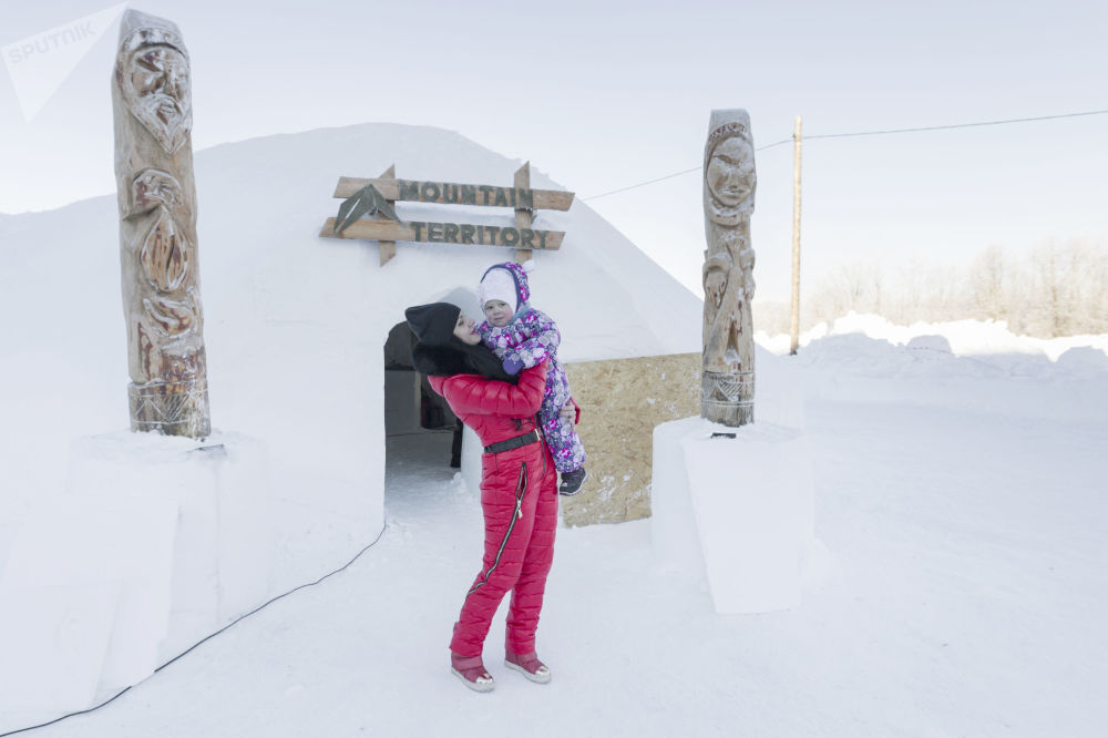 Посетители возле Иглу-отеля, открытого возле здания санатория Начикинский в Елизовском районе Камчатского края