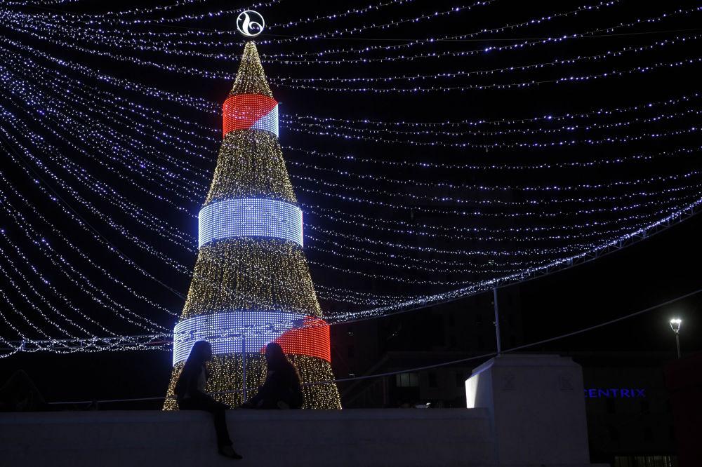 Сальвадор елінің астанасы Сан-Сальвадор қаласындағы Сальвадора-дель-Мундо алаңында орналасқан рождество шыршасы.