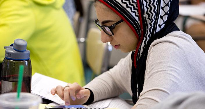 Хиджаб киген оқушы қыз