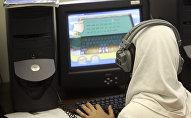 Архивное фото мусульманской девушки за компьютером